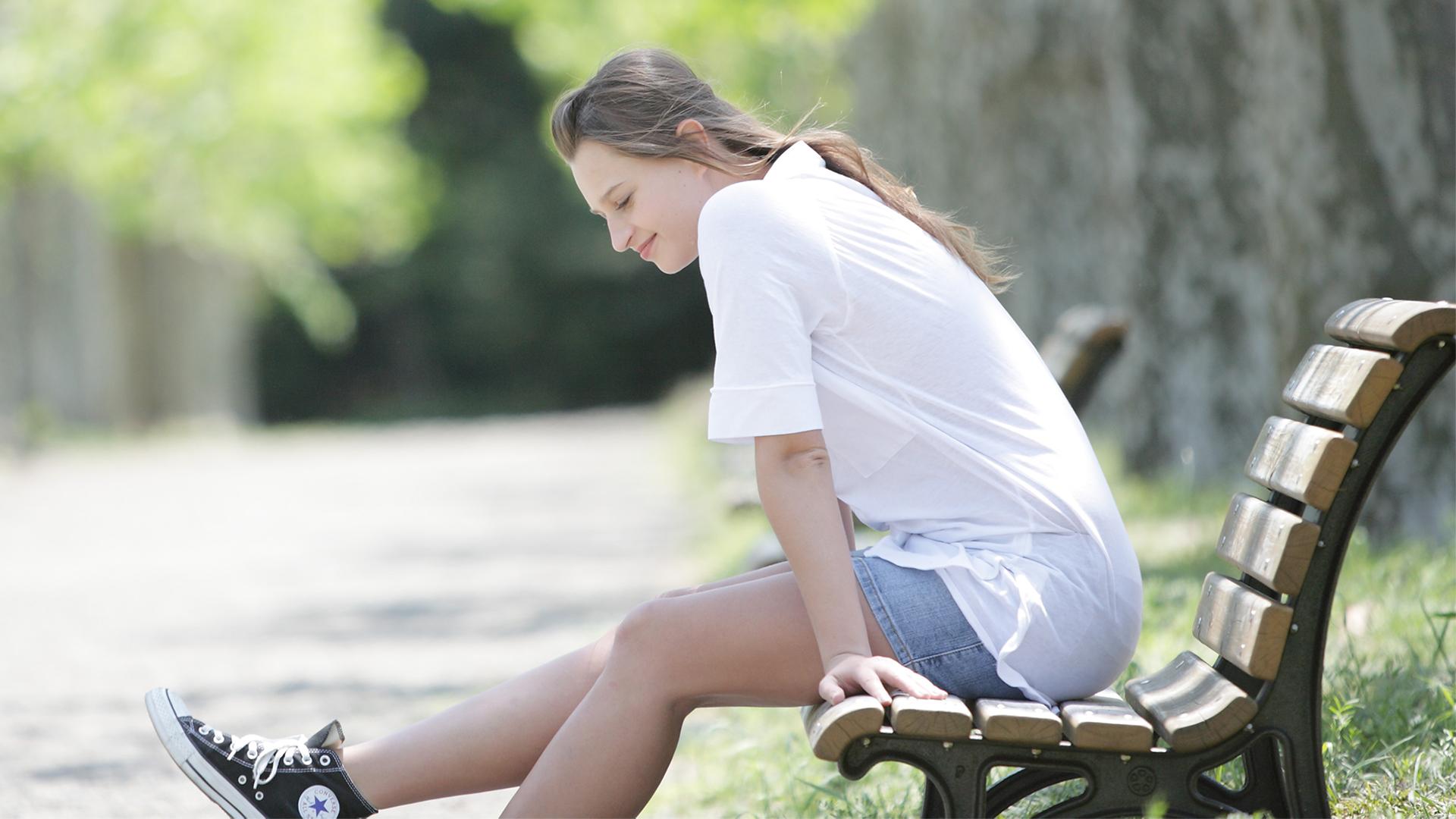 ベンチにすわっている女性